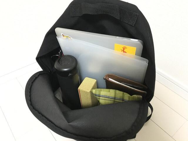 バッグインバッグ使用前のリュックは底にいろいろと溜まりがち