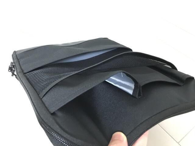 ポケットは外側に大小2つずつとペンホルダー1つ