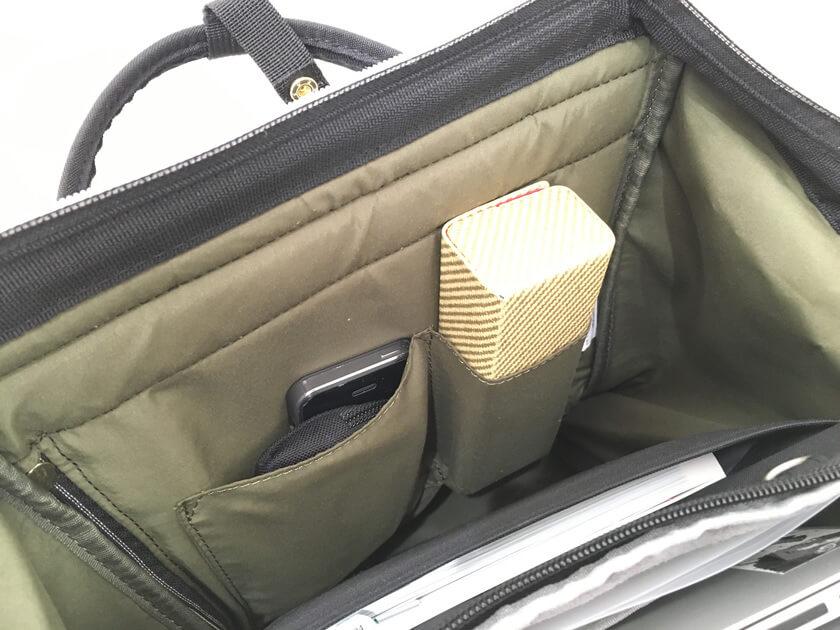バッグ内には小さなポケットが2つ、バッグインバッグなどをうまく活用したほうがいいかも