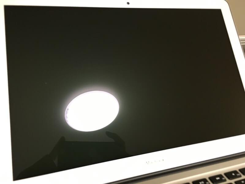 液晶保護フィルム貼付け前のMacBook Air 13インチに映るライトの様子