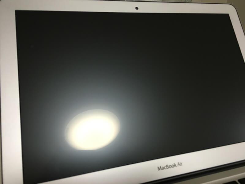 液晶保護フィルム貼付け後のMacBook Air 13インチに映るライトの様子