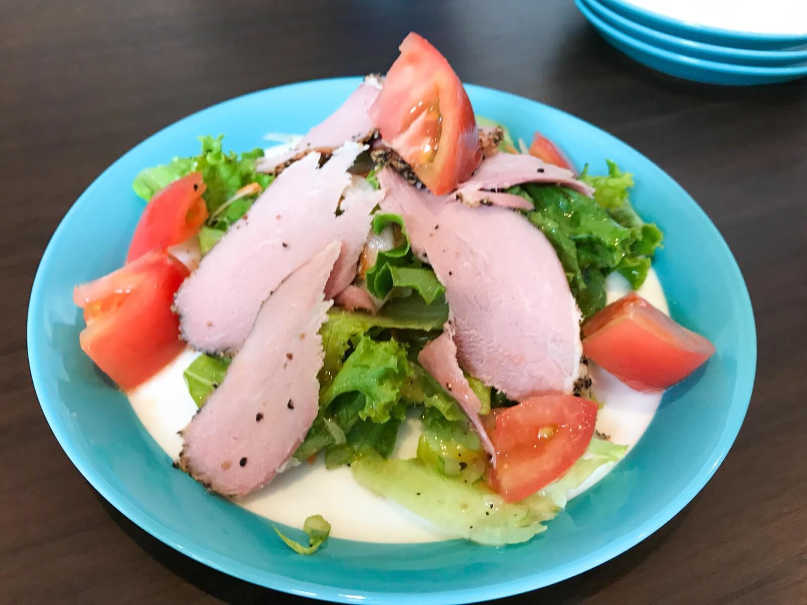 大きなハムが乗った満足感あるサラダ