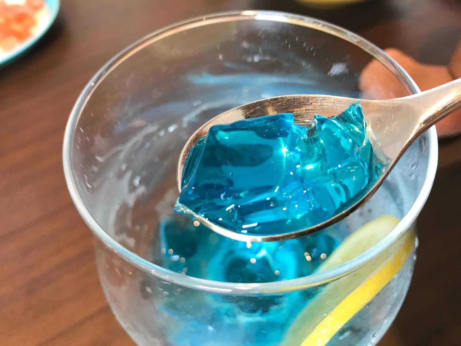 青いゼリーにソーダを入れたドリンクです