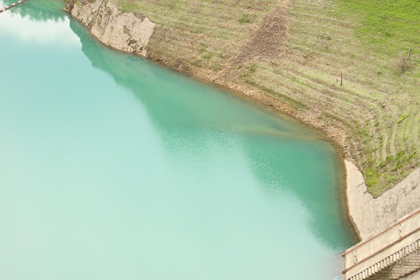 緑色の水面も少し不思議な翡翠色をしていました