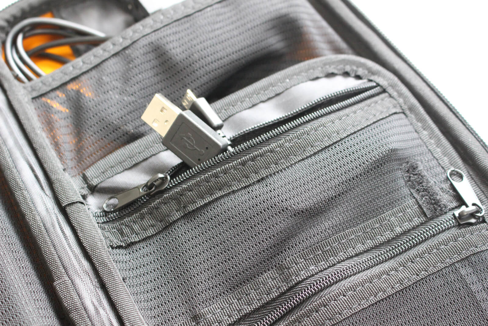 ファスナー付きポケットにはケーブル類など散らかりそうなものを入れると良さそう
