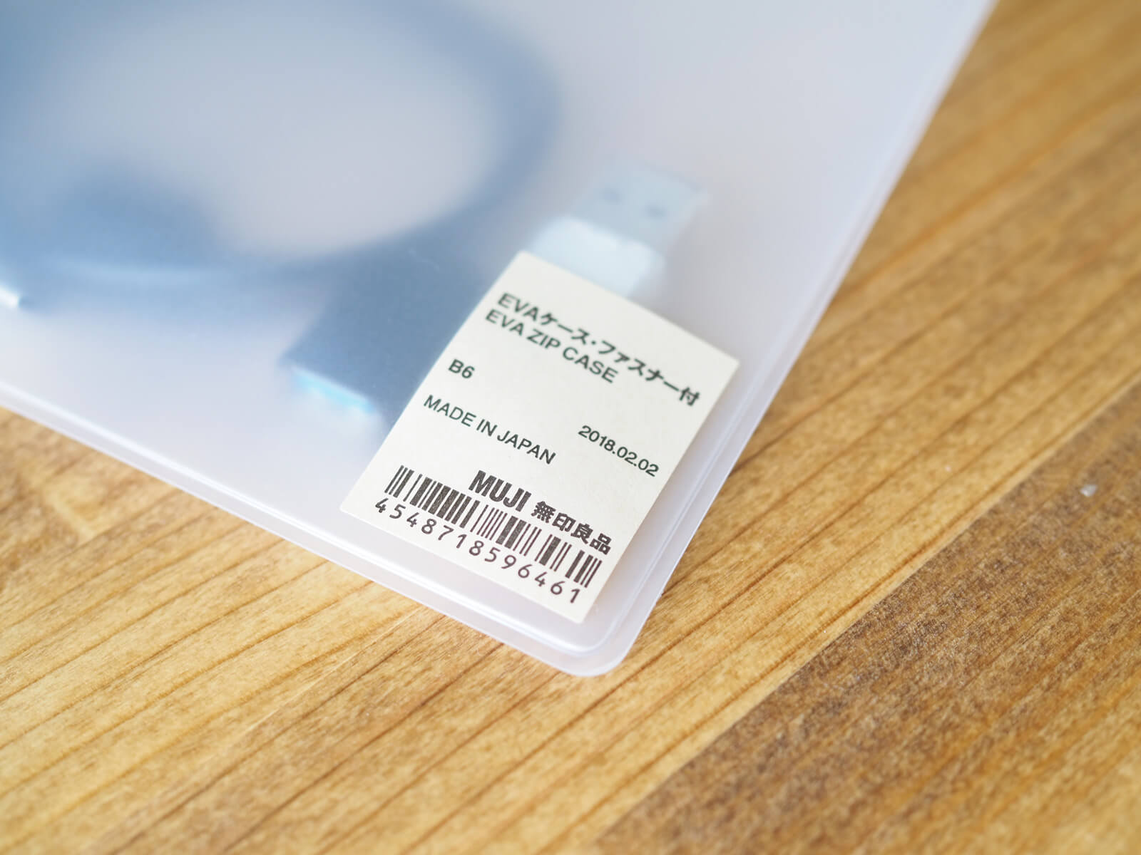 充電ケーブルやUSBメモリのケースに無印良品のクリアケースという選択