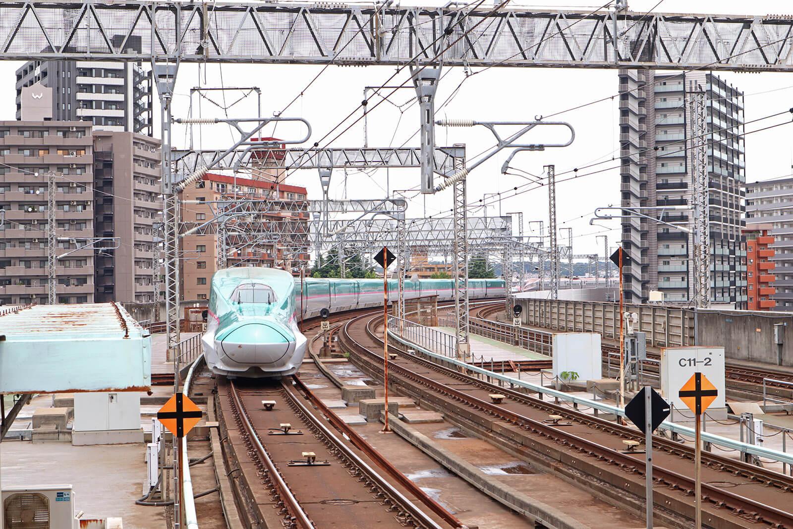 仙台駅から離れるE5系はやぶさ
