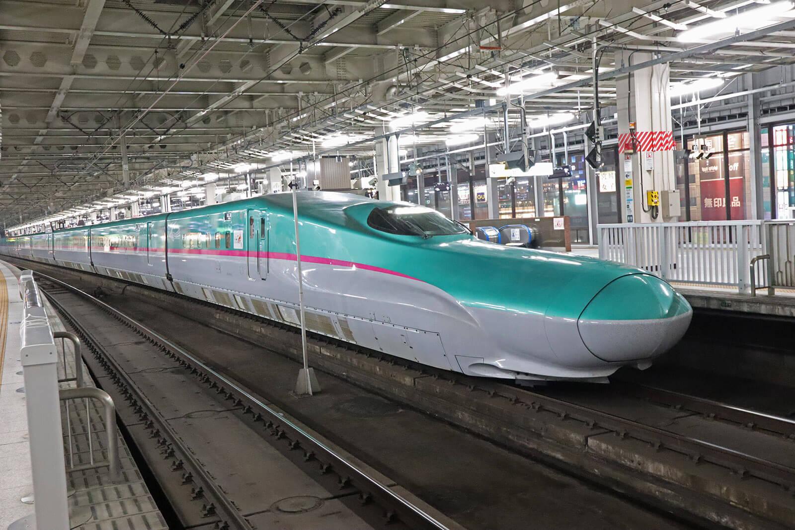 仙台駅に停車するE5系はやぶさ
