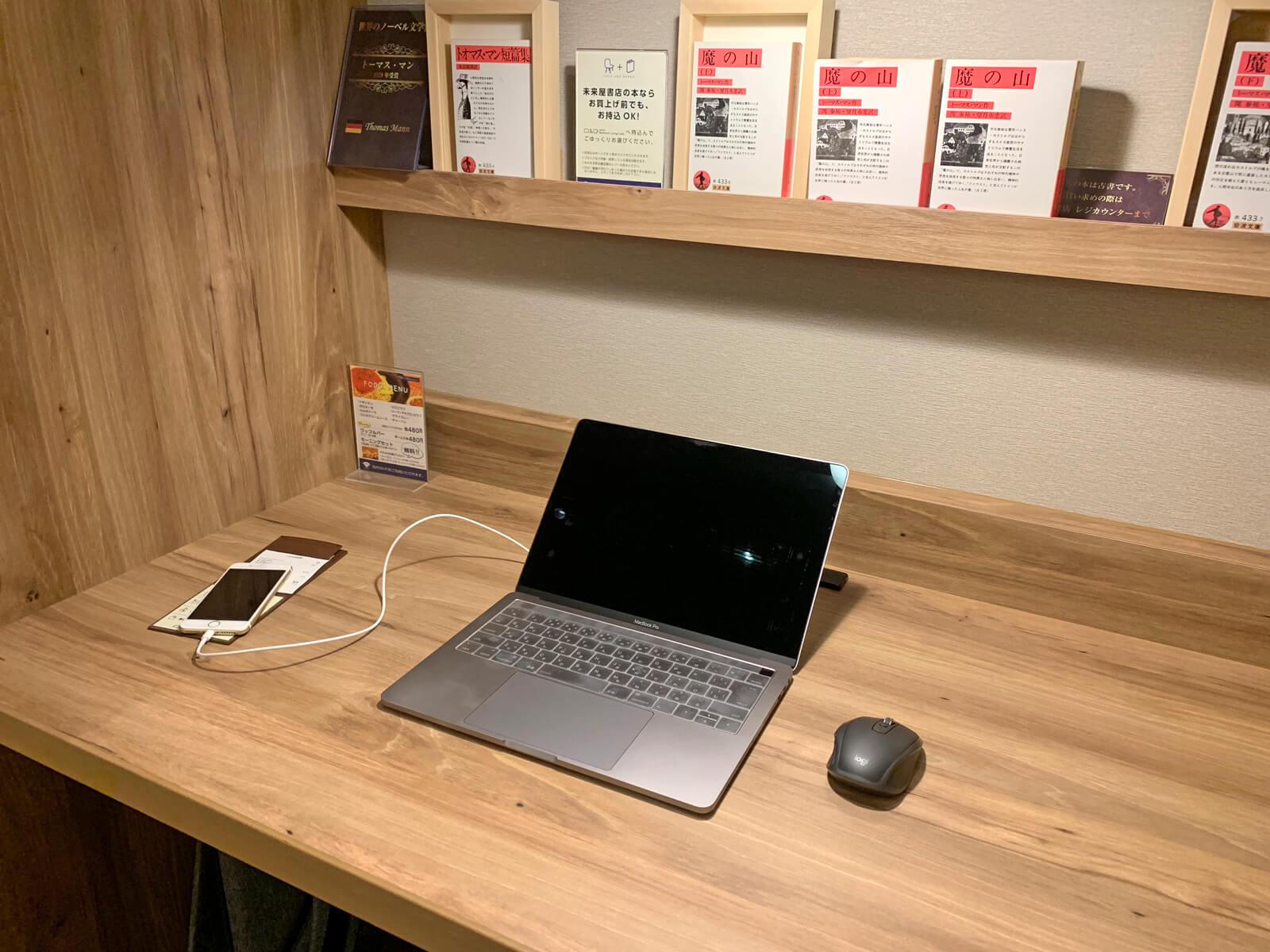 作業スペースには十分な広さ。資料を見ながら作業もできます
