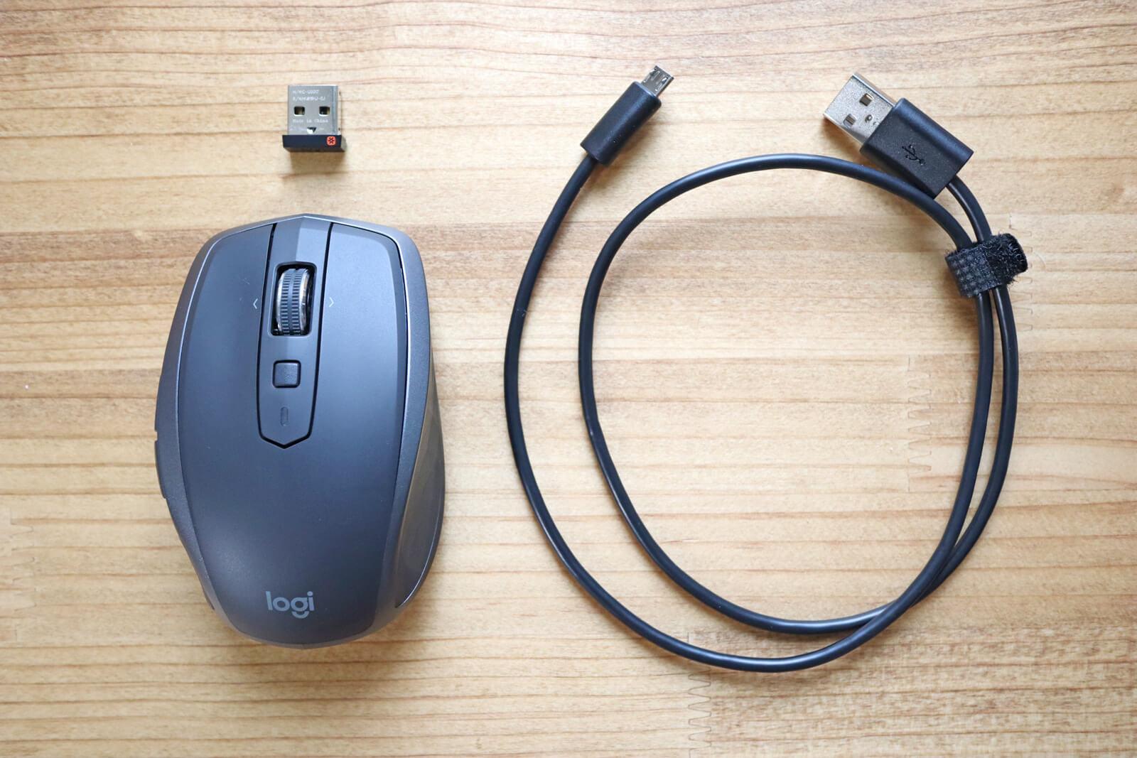 中身はマウス本体、レシーバー、充電用USBケーブル
