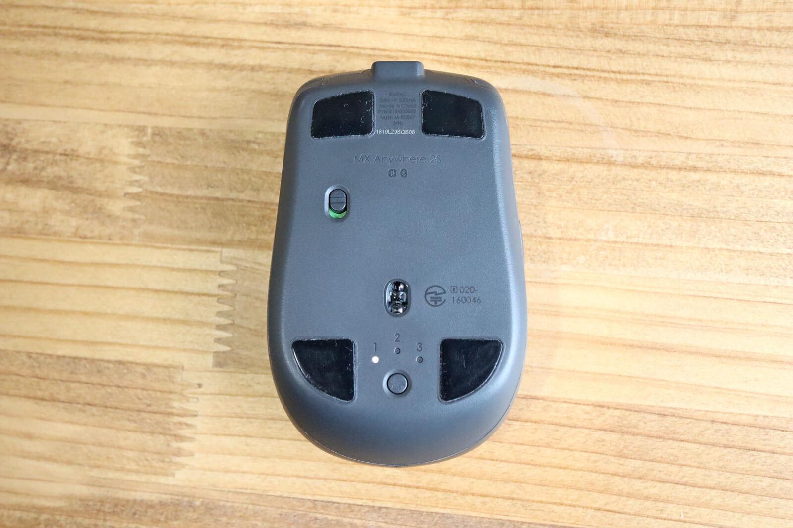マウス底面には電源スイッチとデバイス切り替えボタンがあります