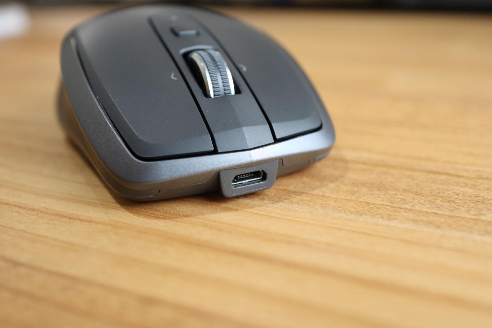 マウスはUSBケーブルで充電します