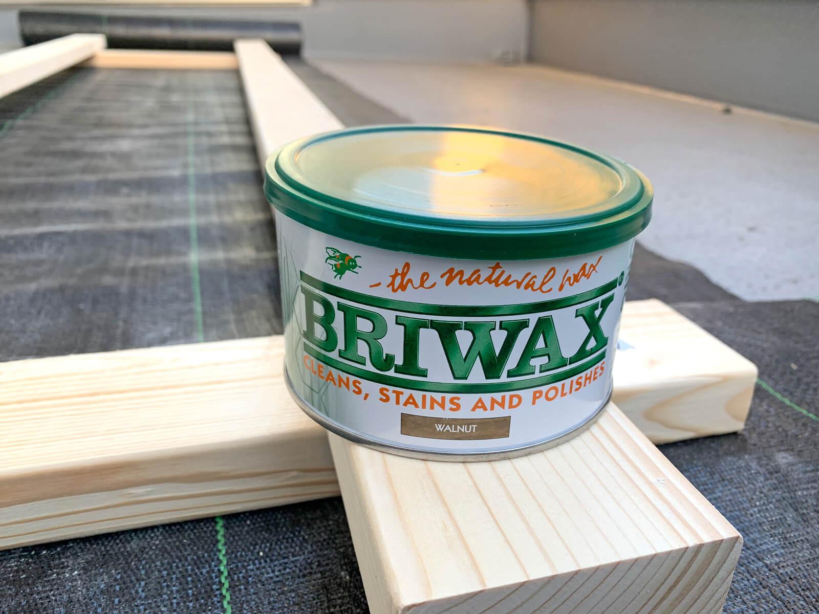 木材の着色にはBRIWAXのウォルナットを使用