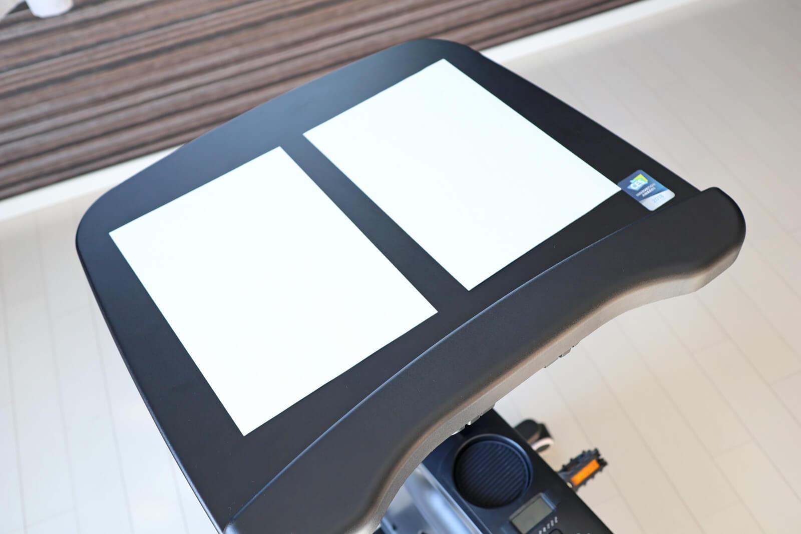 デスクはA4のノートを開けるくらい