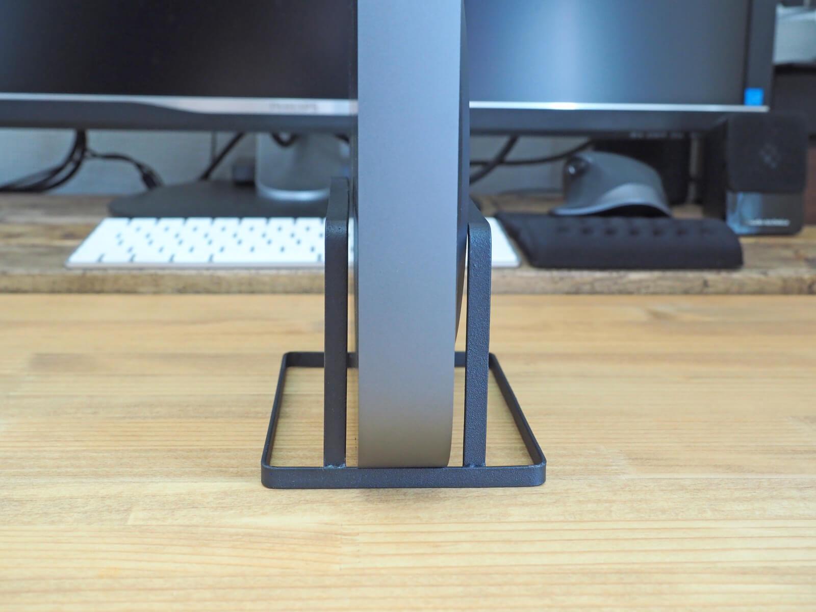 まな板スタンドにMac miniを置いて横からみた図